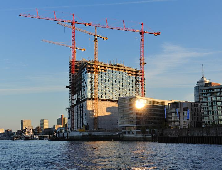 hamburg am morgen baustelle der hamburger elbphilharmonie in der morgesonne. Black Bedroom Furniture Sets. Home Design Ideas