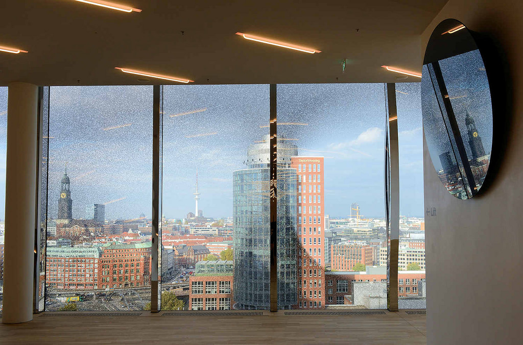 4978 ausblick auf das hamburg panorama durch ein fenster der elbphilharmonie im vordergrund. Black Bedroom Furniture Sets. Home Design Ideas